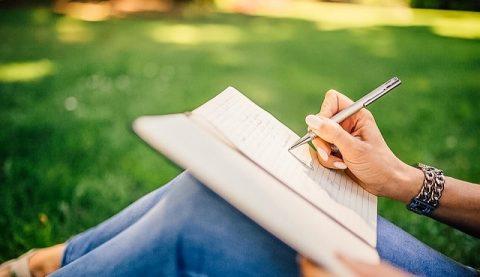 писать письмо,женщина