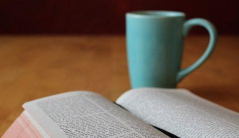 Библия и чашка