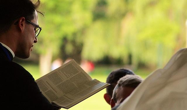 Пасторская проповедь,пастор,Чтение Библии