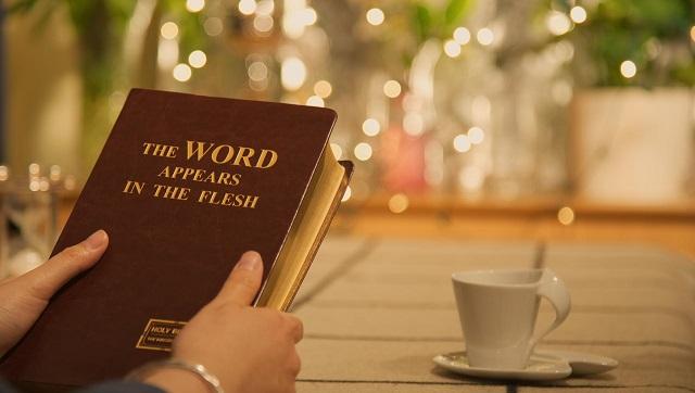 Христос совершает труд суда с помощью истины